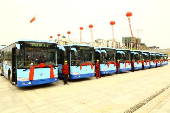 在发车仪式上,市交通运输局副局长、市公交公司党委书记冯正友首先介绍了新城市公交车基本情况。市交通运输局于2011年1月1日正式接管城市公共客运。在市委、市政府的领导下,在市人大、市政协的关心支持下,遵义中心城区出租车、公交车的服务质量都有较大的提高,社会各界对此均有较高评价。
